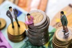 Juguetes de la gente en billetes de banco euro Fotografía de archivo libre de regalías