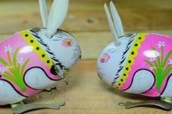 Juguetes de la lata del conejo Foto de archivo