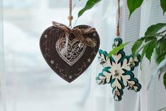 Juguetes de la Navidad con las pequeñas campanas en la ventana foto de archivo