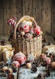 Juguetes de la Navidad de Brights con los regalos del Año Nuevo Estilo rural Imagen de archivo