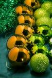 Juguetes de la Navidad de diversos colores de los globos, regalos, máscara del reno en el fondo oscuro, la Navidad Foto de archivo libre de regalías
