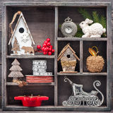 Juguetes de la Navidad en caja de madera del vintage Decoraciones de la Navidad Fotos de archivo libres de regalías
