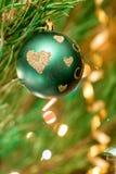 Juguetes de la Navidad en el árbol de navidad Fotos de archivo
