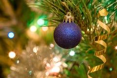 Juguetes de la Navidad en el árbol de navidad Imagen de archivo libre de regalías