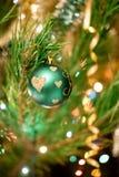 Juguetes de la Navidad en el árbol de navidad Imagen de archivo