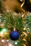 Juguetes de la Navidad en el árbol de navidad Fotografía de archivo libre de regalías