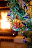Juguetes de la Navidad en el árbol de navidad Fotos de archivo libres de regalías
