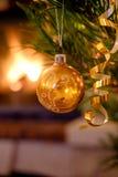 Juguetes de la Navidad en el árbol de navidad Fotografía de archivo