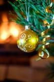 Juguetes de la Navidad en el árbol de navidad Imágenes de archivo libres de regalías