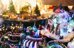 Juguetes de la Navidad en el mercado de la Navidad en Francia Imágenes de archivo libres de regalías