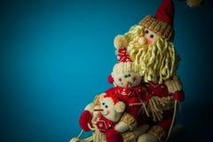 Juguetes de la Navidad en fondo azul Imagenes de archivo