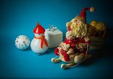 Juguetes de la Navidad en fondo azul Fotos de archivo