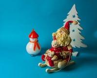 Juguetes de la Navidad en fondo azul Fotos de archivo libres de regalías