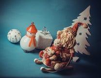 Juguetes de la Navidad en fondo azul Foto de archivo