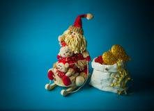 Juguetes de la Navidad en fondo azul Imagen de archivo