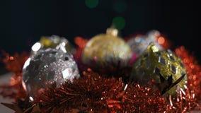 Juguetes de la Navidad en Garland Background almacen de video