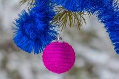 Juguetes de la Navidad en un árbol de pino Fotografía de archivo