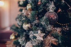 Juguetes de la Navidad en un cierre del árbol de abeto para arriba con el fondo interior Fotos de archivo libres de regalías