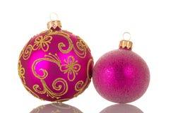 Juguetes de la Navidad, grandes y una pequeña bola rosada aislada en blanco Imagen de archivo libre de regalías