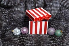 Juguetes de la Navidad y actual caja en la piel Imagen de archivo libre de regalías