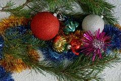 Juguetes de la Navidad y ramas de cristal del pino en un fondo blanco Foto de archivo libre de regalías