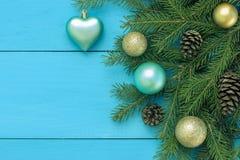 Juguetes de la Navidad y ramas spruce en la opinión superior del fondo de madera Fotos de archivo