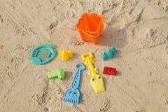 Juguetes de la playa del verano en la arena Fotos de archivo