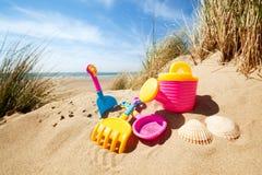 Juguetes de la playa del verano en la arena Imagen de archivo