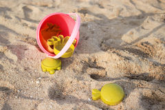 Juguetes de la playa en la playa Fotos de archivo libres de regalías