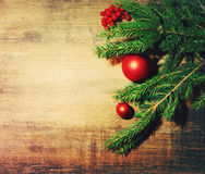 Juguetes de la rama natural del abeto y de un árbol de abeto del ` s del Año Nuevo en un fondo de madera Fondo del `s del Año Nue Imágenes de archivo libres de regalías