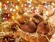 Juguetes de las bolas de la Navidad en una cesta de mimbre Foto de archivo