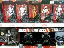Juguetes de las Guerras de las Galaxias en estantes en centro comercial imagen de archivo