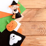Juguetes de los adornos de Halloween y hojas bonitos del fieltro en fondo de madera con el espacio en blanco para el texto Fotografía de archivo libre de regalías