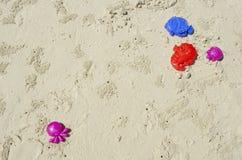 Juguetes de los cabritos en la playa Imagen de archivo libre de regalías