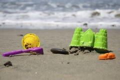Juguetes de los niños en la playa Imagen de archivo libre de regalías
