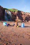 Juguetes de los niños en la playa con la cascada Fotografía de archivo