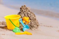 Juguetes de los niños en la playa tropical de la arena Foto de archivo