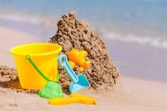 Juguetes de los niños en la playa tropical de la arena Foto de archivo libre de regalías