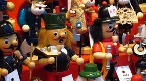 Juguetes de madera clásicos de la Navidad en el mercado de la Navidad Fotografía de archivo libre de regalías