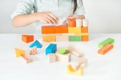Juguetes de madera coloreados para el edificio Imagenes de archivo