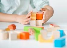 Juguetes de madera coloreados para el edificio Fotos de archivo