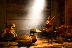 Juguetes de madera de la antigüedad y de la vendimia en ático viejo de la casa Foto de archivo libre de regalías