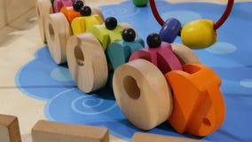 Juguetes de madera del coche, juguetes de madera almacen de metraje de vídeo