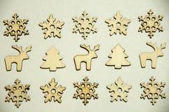 Juguetes de madera en el fondo blanco Abetos, snowflakesdeers y fotos de archivo