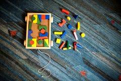 Juguetes de madera geométricos y constructivos para los niños para a didáctica fotos de archivo