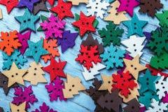 Juguetes de madera de la madera contrachapada en la tabla para el banquete de la Navidad Imágenes de archivo libres de regalías
