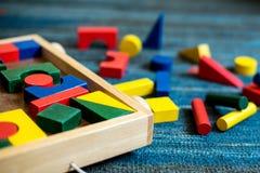 Juguetes de madera para el propósito didáctico y educativo en un campo del juego foto de archivo libre de regalías