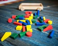 Juguetes de madera para el propósito didáctico y educativo en un campo del juego foto de archivo