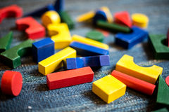 Juguetes de madera para el propósito didáctico y educativo en un campo del juego fotografía de archivo libre de regalías