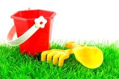 Juguetes de Sandpit en hierba verde Imagen de archivo